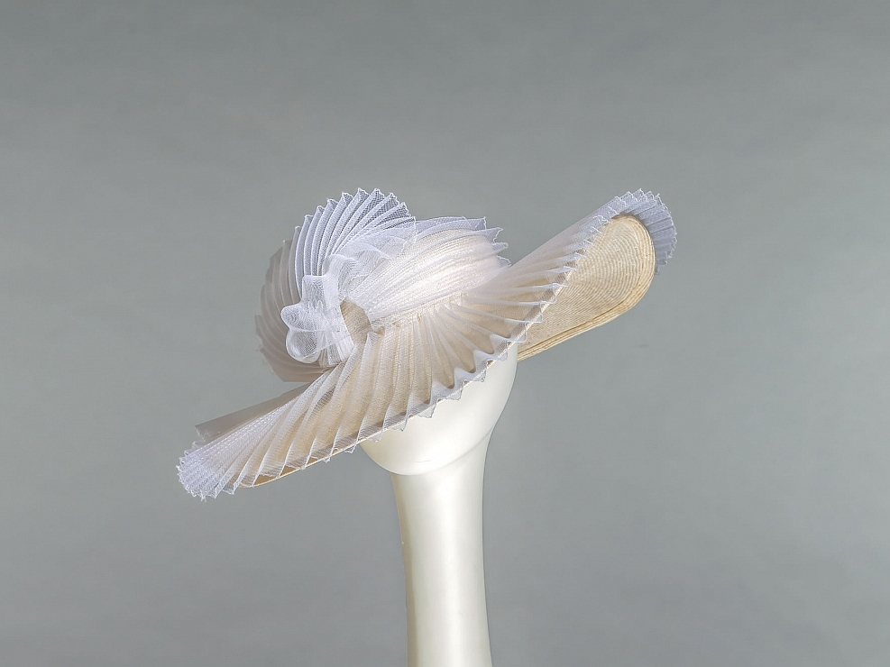 Mondäner Strohbrauthut mit plissiertem Crinol