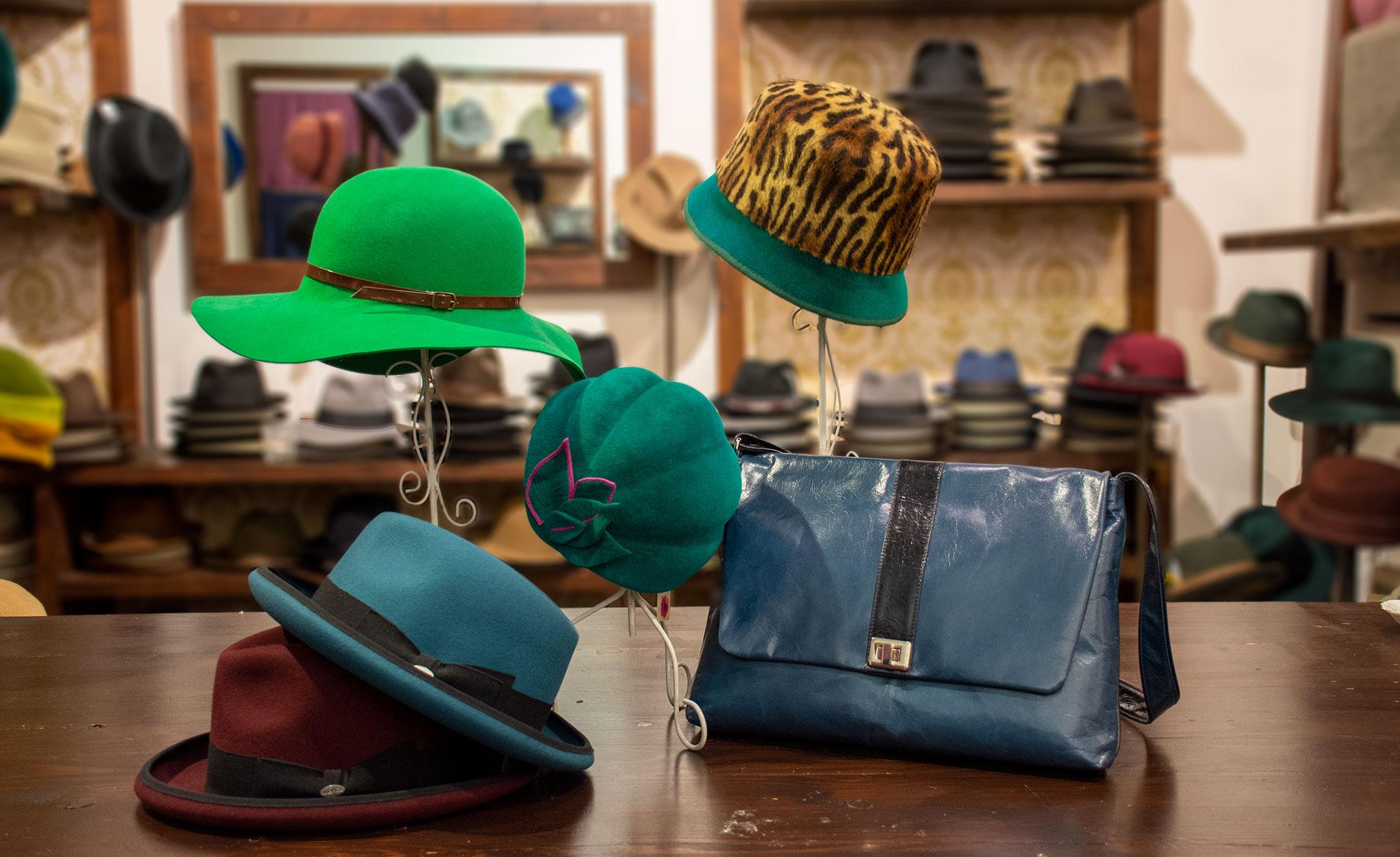 Hut Modelle in knalligen Farben